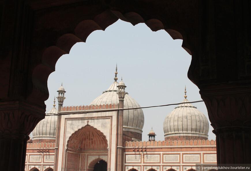 Джама-Масджид — самая большая мечеть Индии. Одновременно здесь могут поместиться 25 000 человек.