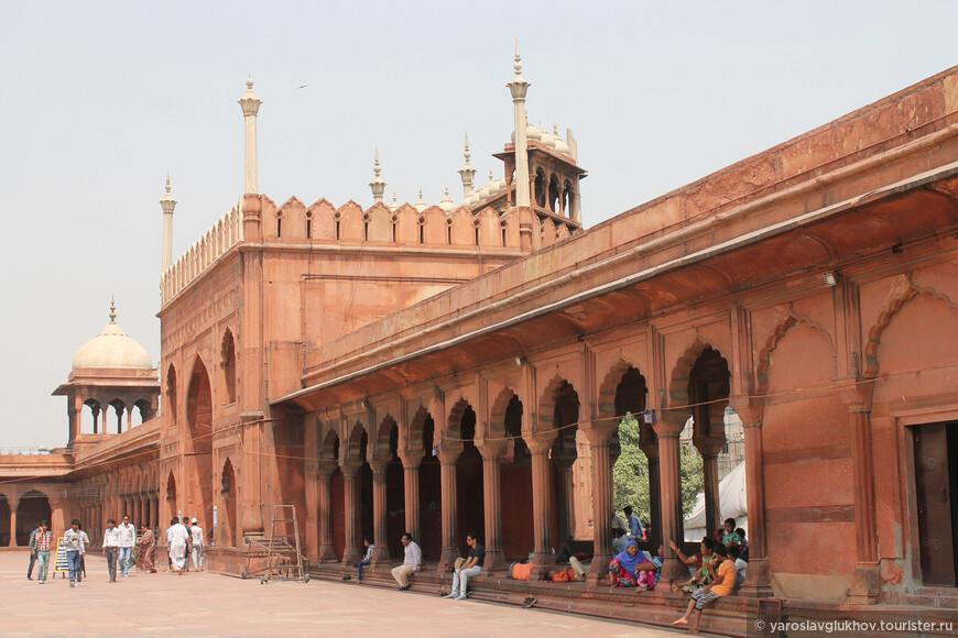Вся мечеть построена из красного песчаника.