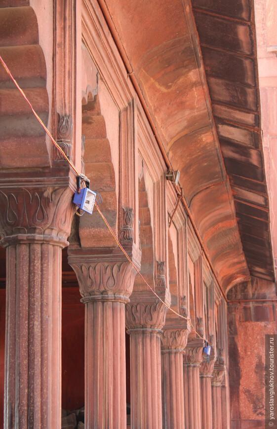 По периметру внутреннего двора мечети расположены колонны.