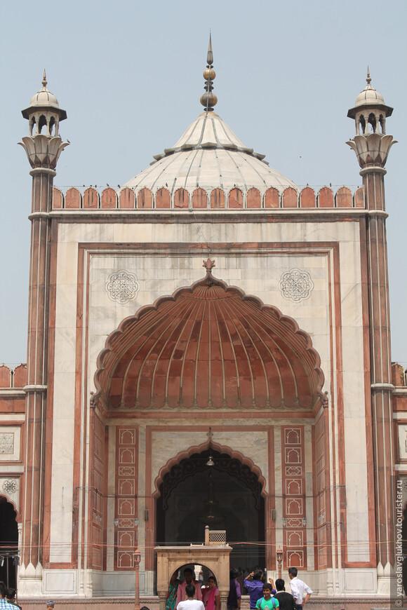 Одна из реликвий мечети — копия Корана, написанного на коже оленя.