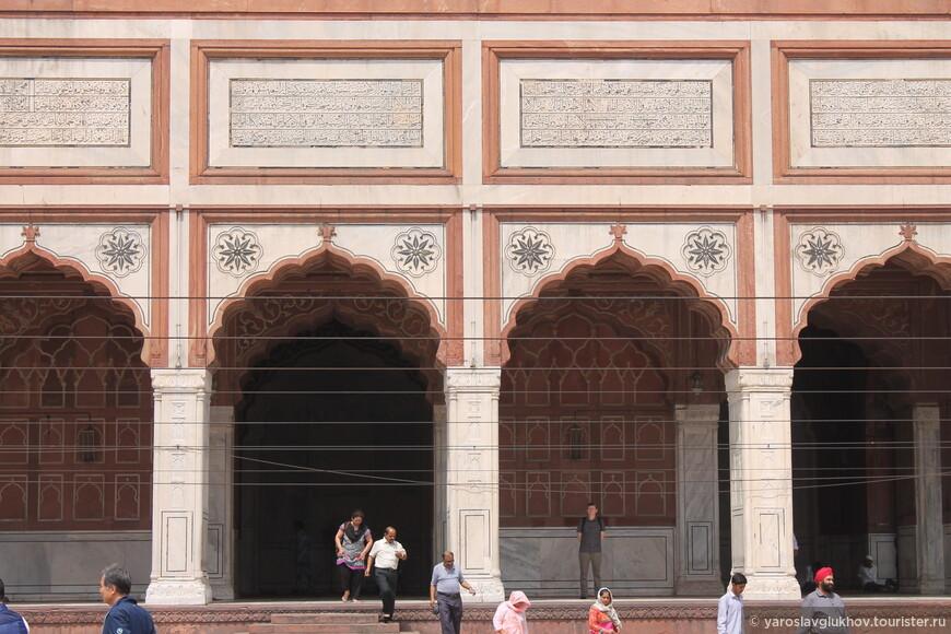 Постройка мечети была результатом усилий более чем 5 000 рабочих, в течение 6-ти лет. Стоимость строительства в те времена была 1 миллион рупий.