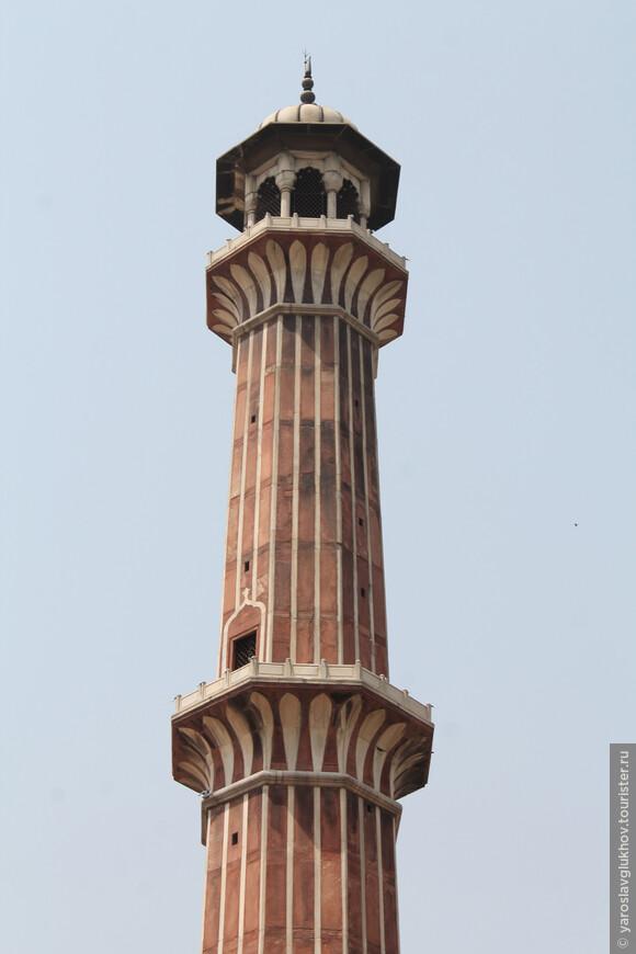 Высота минарета —  41 метр. За 100 рупий на него можно подняться, чтобы посмотреть с высоты на Дели в дымке.