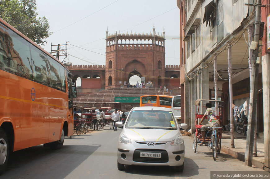 Вид на Северные ворота мечети с улицы.