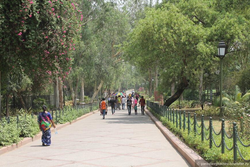 Радж-Гхат расположен в парке к юго-востоку от Красного форта.