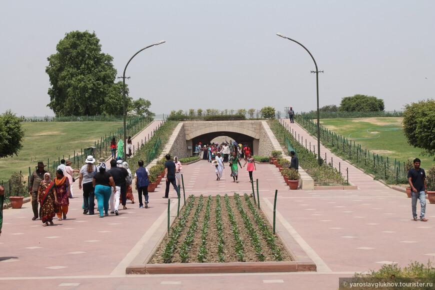 К Радж-Гхату можно подойти вплотную, а можно посмотреть со специального мостика. Мы выбрали второй вариант.