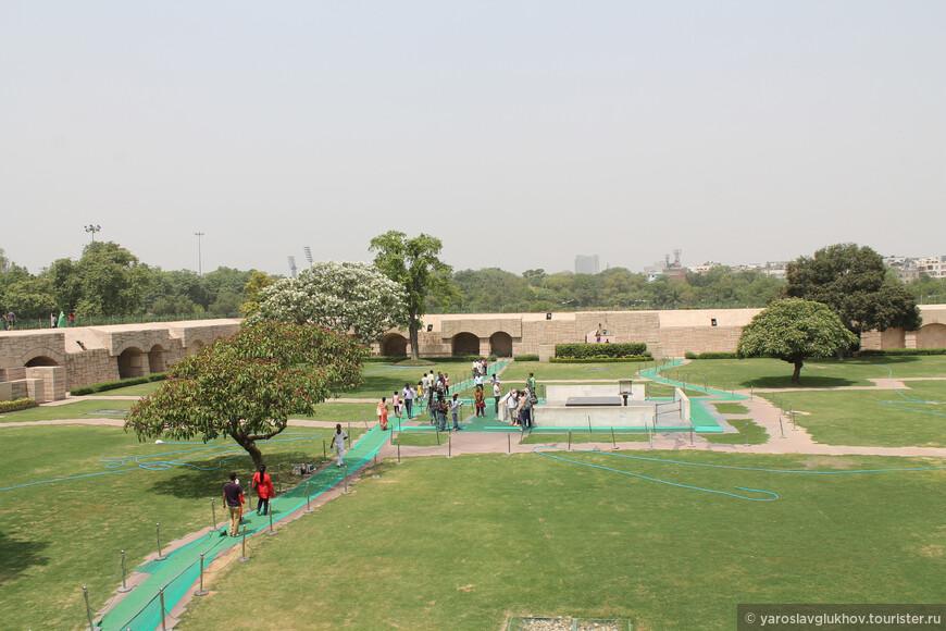 Вид на мемориал Радж-Гхат со специального мостика.