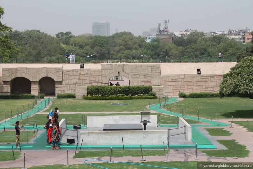 Строгий мемориал из чёрного мрамора установлен на месте кремации Махатмы Ганди — самого почитаемого человека в Индии.