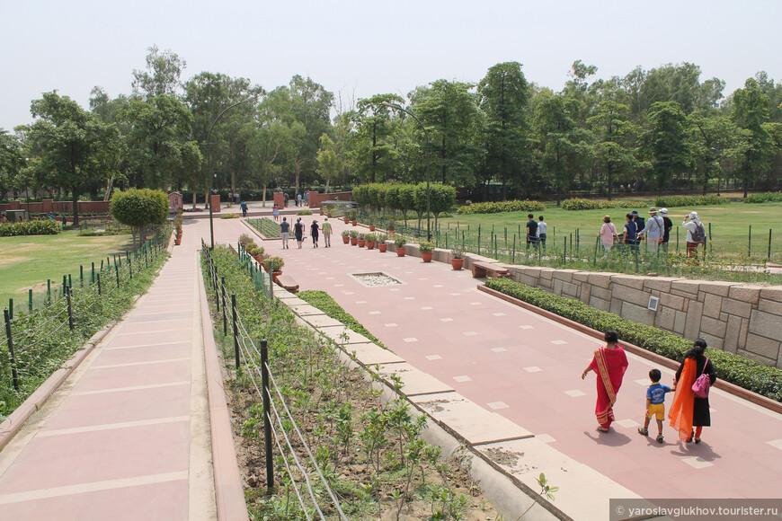 Радж-Гхат является местом паломничества индийцев в знак уважения к Махатме Ганди.