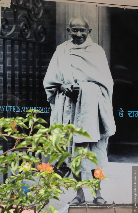 Радж-Гхат — мемориал Махатмы Ганди.