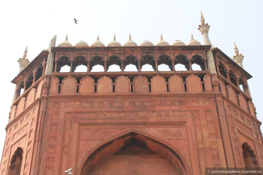 Через массивные Северные ворота можно попасть в мечеть.