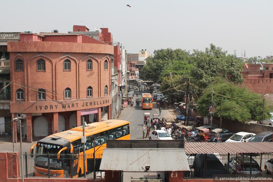 Вид на Старый Дели, а именно на Джама-Масджид-роуд от входа в мечеть.