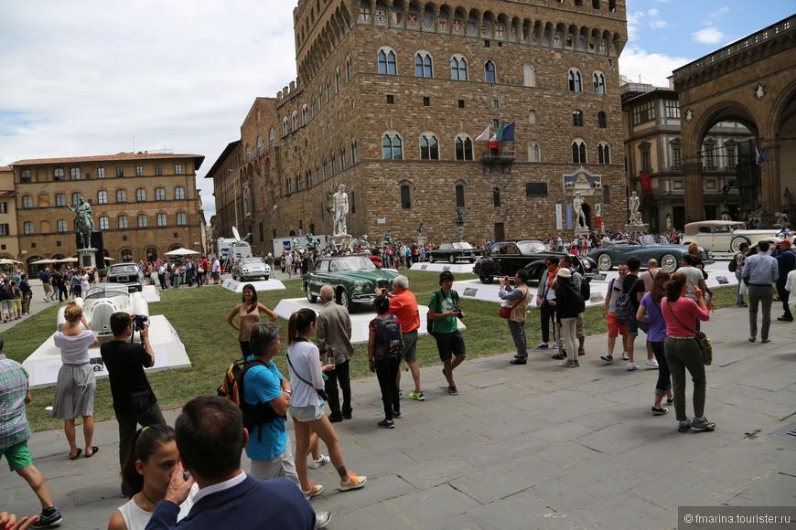 Развлечений туристам добавилось- теперь можно фотографироваться не только в обнимку со скульптурами Козимо Медичи или Давида Микеланджело, но и рядом со знаменитыми ретро моделями Альфа-Ромео.