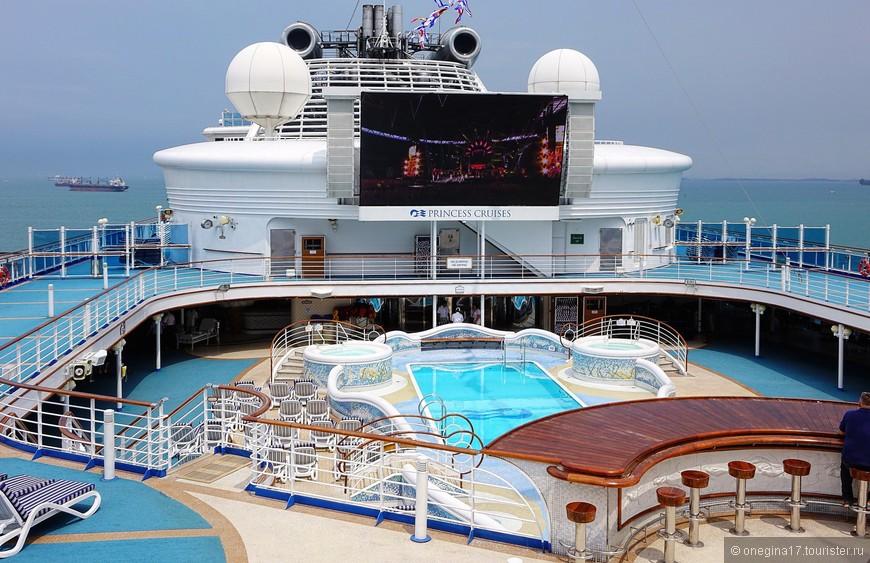 """У """"Принцессы"""" много бассейнов, но самый большой и самый главный - в центре корабля, на 14 палубе. В морские дни именно здесь бурило все веселье."""