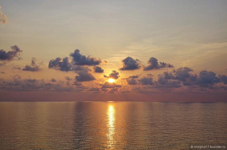 Рассветы почти все были наши. В том смысле, что солнце всходило с нашего борта и для встречи нового дня достаточно было выйти на балкон каюты.