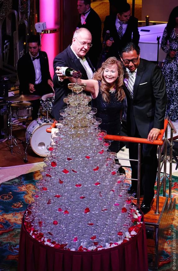 """Одна из фишек """"Принцесс"""" - водопад из шампанского в первый капитанский вечер. Очередь дам, желающих наполнить бокалы собственноручно, растянулась почти на час.."""
