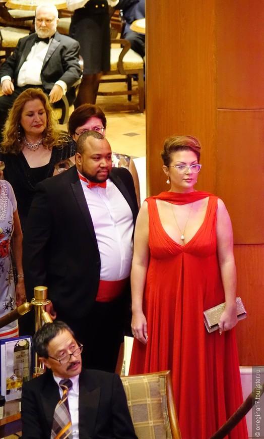 Публика на капитанском вечере. Очень мне запала эта пара! Одежда спутника всегда повторяла цвета платья дамы. В последний вечер дама была в кремовом платье, а джентльмен в кремовом смокинге. Смотрелось это шикарно!