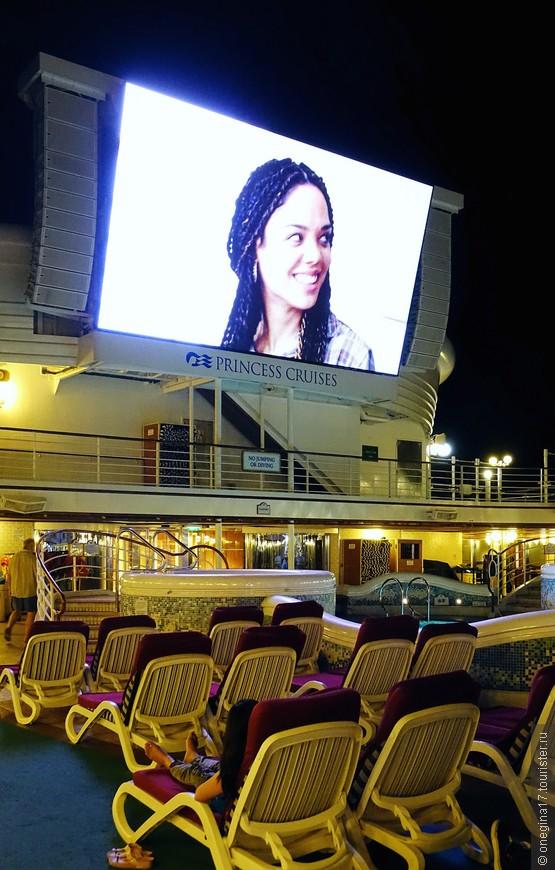 По ночам главный бассейн становился огромным кинотеатром под звездным небом. Особо напряженные моменты фильмов я могла слушать с нашего балкона.