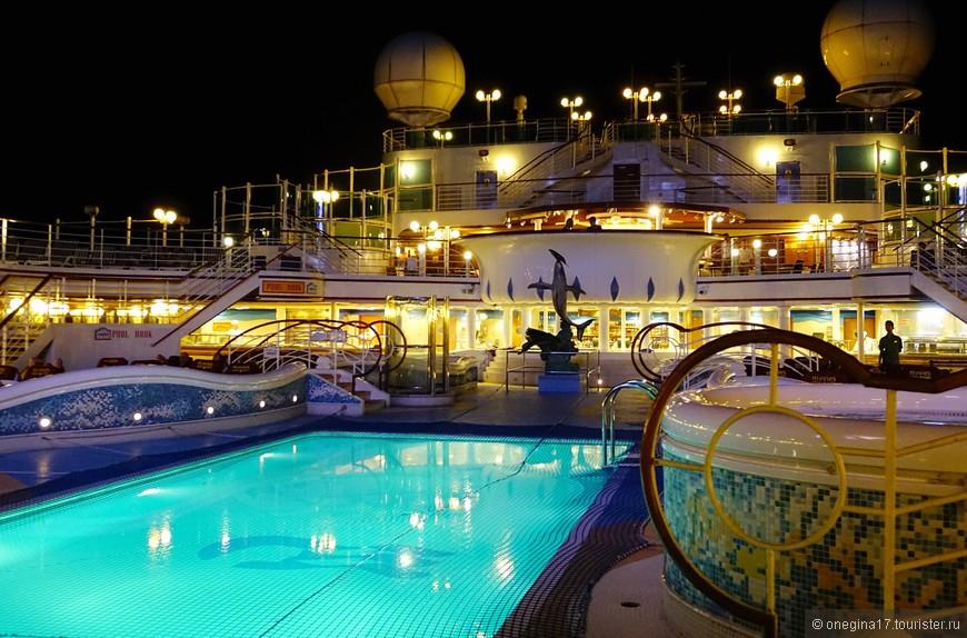 Ночью на корабле не поплаваешь - бассейн затягивали сеткой, на HALе я такого не замечала.