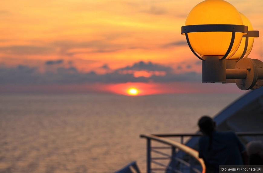 А вот закаты в Южно-Китайском море очень уступали Карибским. Солнце падало в море стремительно и без какой-нибудь драматичности сюжета. Закат, как закат...