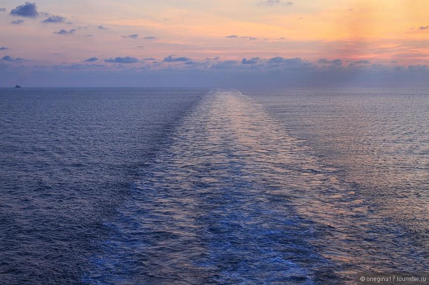"""Что на """"Принцессе"""", что на HALе, каждый вечер на корме корабля собирались страстные любители фотографировать закаты. Правда, на """"Принцессе"""" в основном фотографировали себя на фоне, а не прелести закатного неба. На меня здесь поглядывали странно..."""