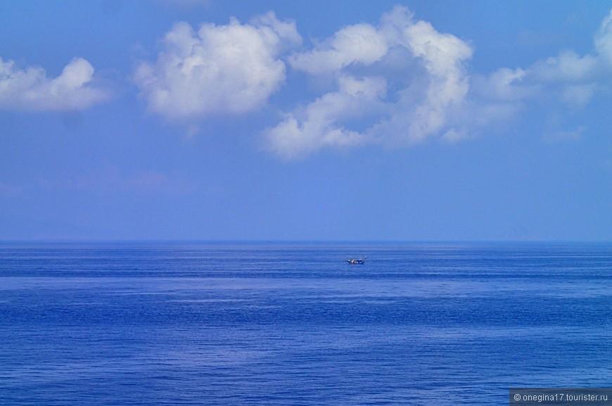 В морские дни за бортом всегда была морская гладь, и только изредка мелькали рыбацкие лодочки, очень живописно украшавшие совершенно тихое и безмятежное Южно-Китайское море...