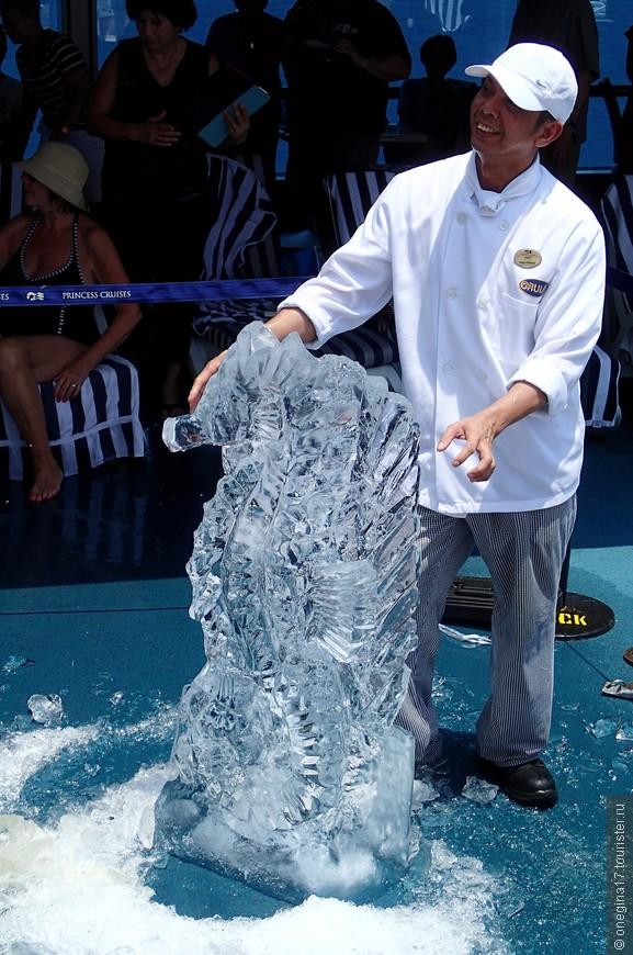 Конкурс ледяных скульптур и его победитель. Очередь сфотографироваться с ледяной морской лошадкой растянулась до ее полного растаивания.