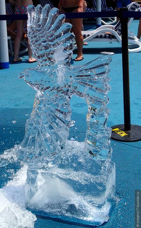 Ледяные скульптуры менялись каждый день. На азиатской жаре их век был очень короток.