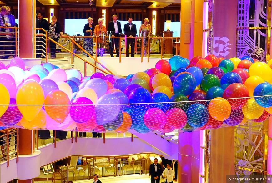 """Каскад из надувных шариков - еще одна фишка """"Принцесс"""". Очень красивое зрелище!"""