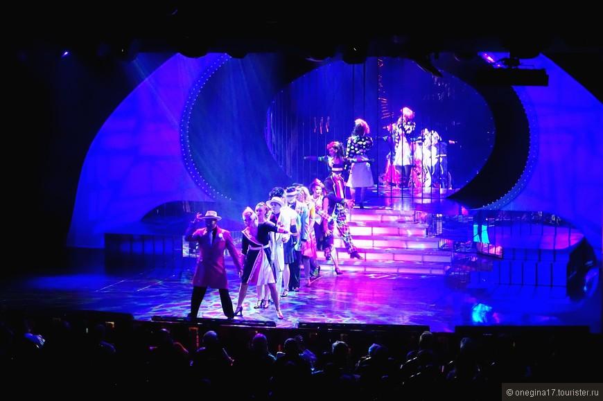 Зал для ежевечерних представлений не вмещал всех гостей корабля и к концу представления становилось очень жарко - кондиционеры не справлялись.