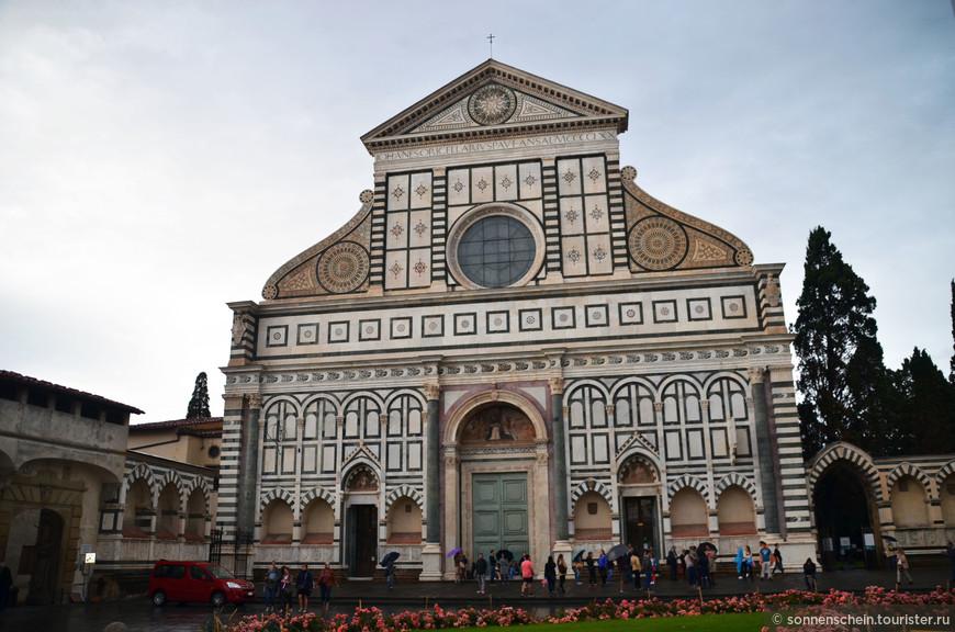 """Первая на нашем пути Базилика Санта-Мария Новелла.Эта прекрасная готическая базилика была построена доминиканцами и была главной церковью их ордена во Флоренции. Ее строительство началось около 1246 года на месте старой церкви Санта-Мария делле Винье - поэтому в названии церкви появилось слово Новелла - """"новая""""."""