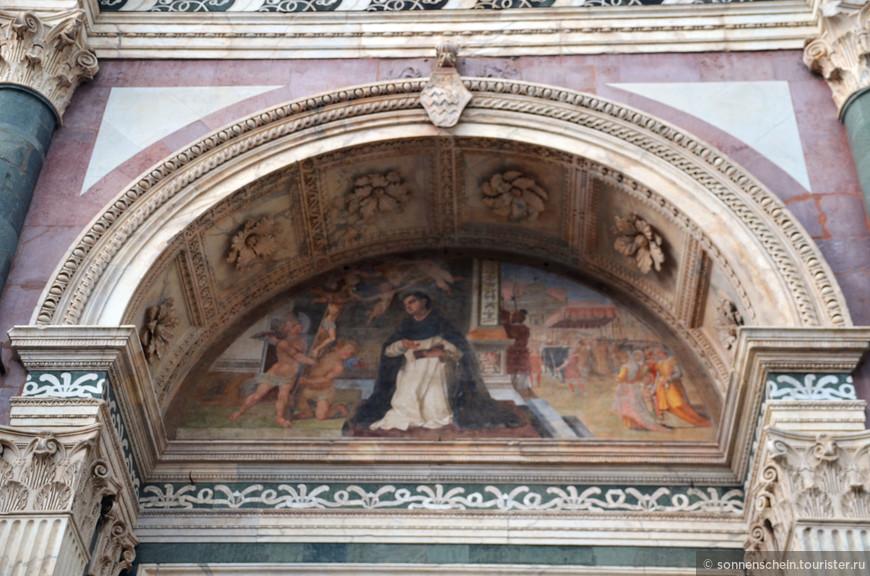 Архитекторами были два монаха - Фра Систо Фьорентино и Фра Ристоро де Кампи. В основном, строительство было завершено к 1360 году. Работа над фасадом началась в 1325 году, его нижний ярус был сооружен из белого и зеленого мрамора в тосканском стиле. В 1367 году круглое окно украсил витраж, выполненный по рисунку Андреа ди Бонайуто.
