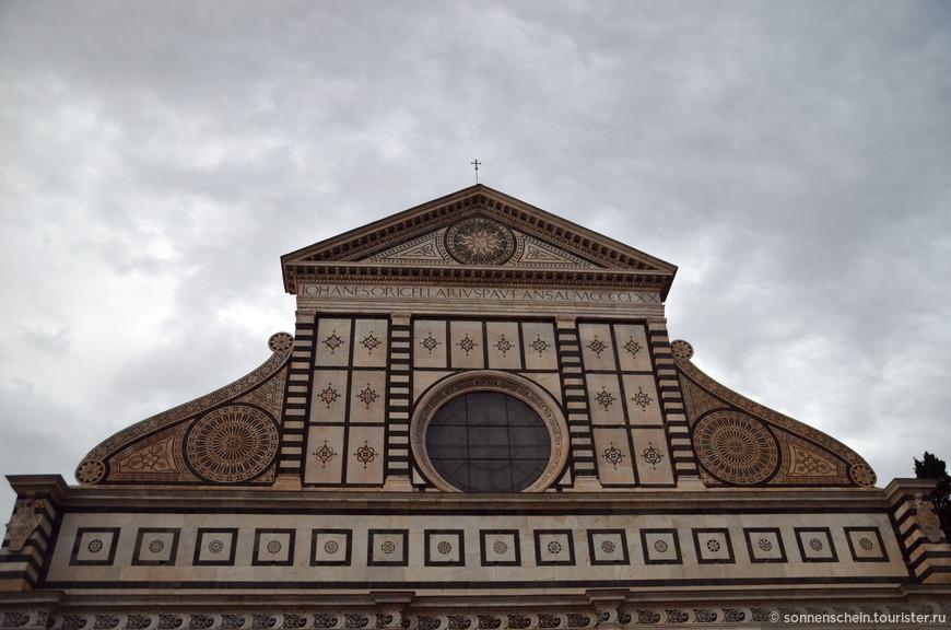 Затем работа остановилась, и возобновилась лишь в 1470 году, когда богатый торговец Джованни ди Паоло Ручеллаи нанял для завершения фасада архитектора Леона Баттиста Альберти. Альберти блестяще справился с задачей и соединил в единое гармоничное целое раннюю готическую часть фасада с верхней, ренессансной. Нижний уровень фасада с мощной центральной и боковыми арками делится пилястрами из белого мрамора с коринфскими капителями на три части, над ним идет пояс с инкрустацией в виде надутого ветром паруса - эмблемой заказчика, Джованни ди Паоло Ручеллаи. Огромное резное окно декорировано прямоугольниками из зеленого и белого мрамора. Треугольный тимпан украшен изображением солнца с лучами, что символизирует нимб Христа.