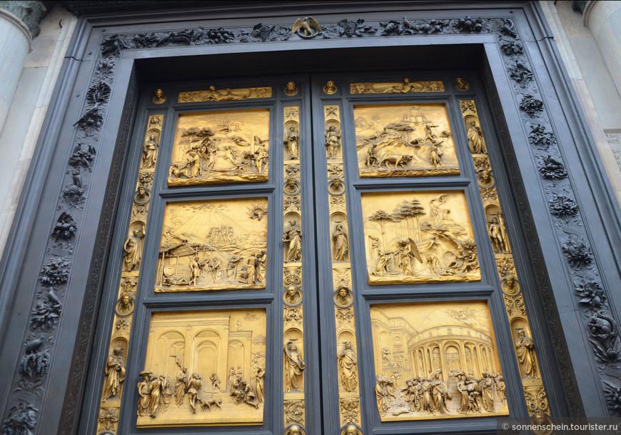 Между 1330 и 1336 годами Андреа Пизано создается первая из трех великолепных бронзовых дверей (сейчас – южная дверь). Между 1401 и 1424 годами Лоренцо Гиберти создал вторую дверь (сейчас – северная дверь), при этом Гиберти выиграл очень представительный конкурс, в котором участвовал сам Филиппо Брунеллески.