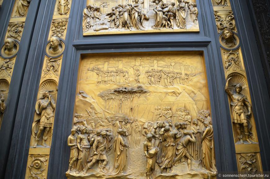 На двери работы Андреа Пизано (1330 – 1336) – 28 плиток (7 в высоту и 4 в ширину). Первые 20 плиток изображают сцены жизни святого Иоанна Крестителя, оставшиеся 8 олицетворяют добродетели (Надежда, Вера, Милосердие, Смирение, Крепость духа, Умеренность, Справедливость, Благоразумие).Структура плиток на первой двери работы Лоренцо Гиберти (1401 – 1424; сейчас – северная дверь) в целом повторяет структуру на двери Андреа Пизано – 28 плиток (7 Х 4). Первые 20 верхних плиток изображают сцены из Нового Завета, в последних двух рядах - четыре евангелиста (предпоследний ряд) и четыре «Учителя Церкви» (последний ряд).