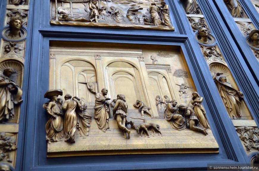 На потрясающих «Вратах Рая» Лоренцо Гиберти (1425 – 1452) - 10 широких прямоугольных плиток (5 Х 2). Вдоль плиток - обрамление с изображением пророков. Плитки демонстрируют сцены из Ветхого Завета.Дверь была серьезно повреждена во время наводнения 1966 года и плитки заменены в настоящее время копиями, в то время как восстановленные оригиналы находятся в Музее Дуомо. «Вратами рая» эти ворота назвал сам Микеланджело.