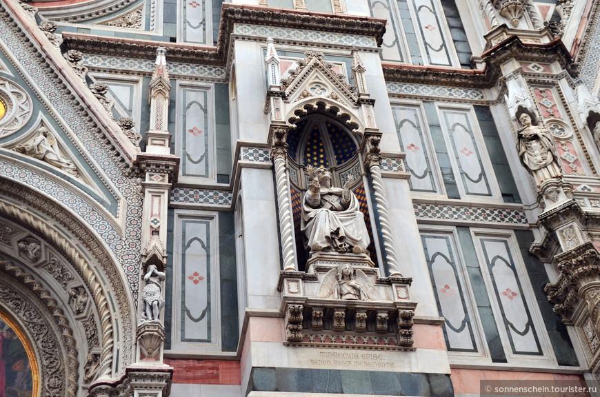 Совместно с Андреа Пизано Джотто продолжал работы согласно проекту Арнольфо, однако до своей смерти в 1337 успел лишь построить первый ярус колокольни при соборе. С 1337 года работы были продолжены под руководством Андреа Пизано, пока не были приостановлены из-за эпидемии чумы 1348 года.