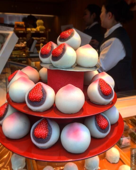 """Японские сладости """"Акебоно"""" на Гиндза. Лавке далеко за 100 лет и она не перестаёт очаровывать клиентов сезонными сладостями, но на мой вкус так себе."""