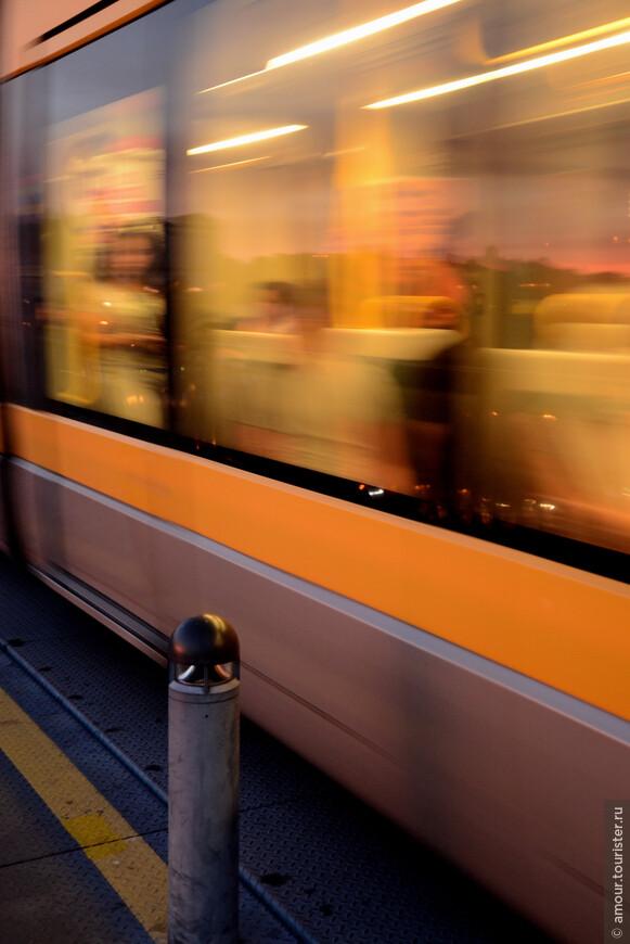 Вагоны метро с ветерком проносятся мимо, а Вас от них отделяют лишь редкие металлические столбики с фонариками;)