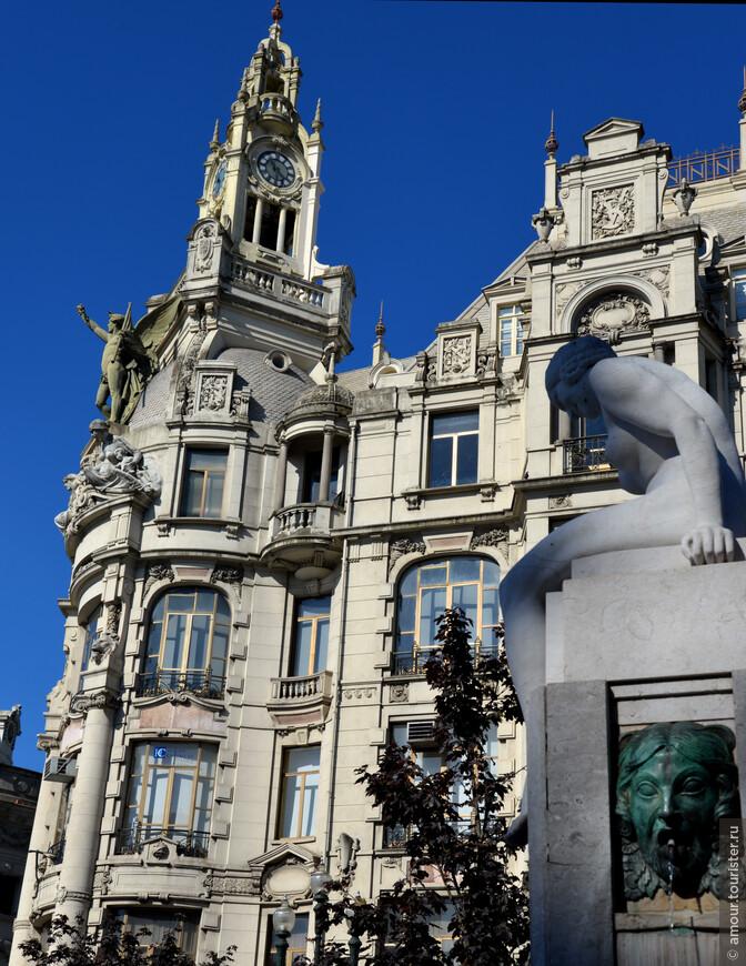 Площадь Свободы (Praça da Liberdade), на которой стоит Ратуша - неоднократно переименованная просторная площадь, обрамленная шикарными домами.