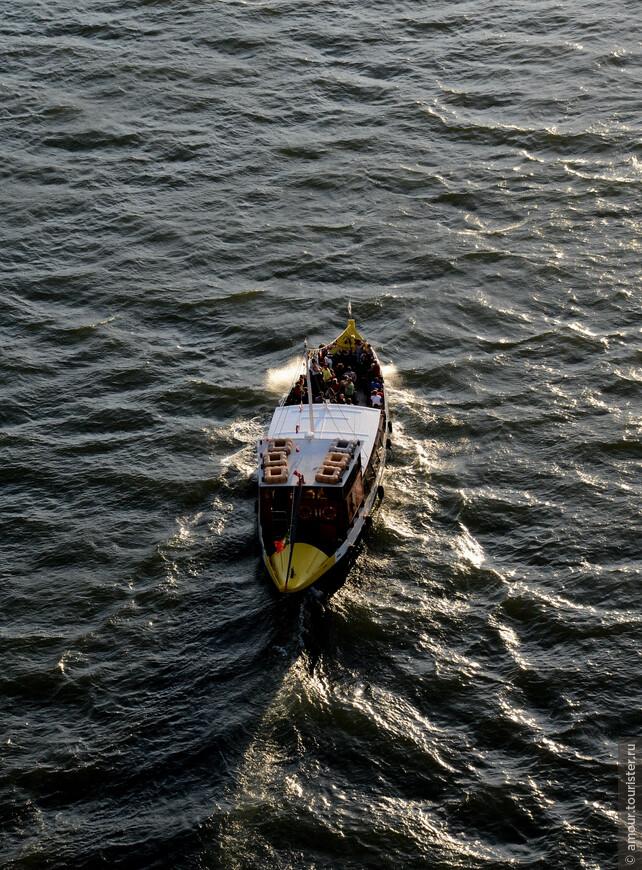 А этот кадр с туристическим корабликом снят уже с моста.