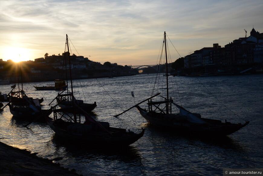 Вечер вступал в свои права, на реке красиво покачивались barco rabelo.