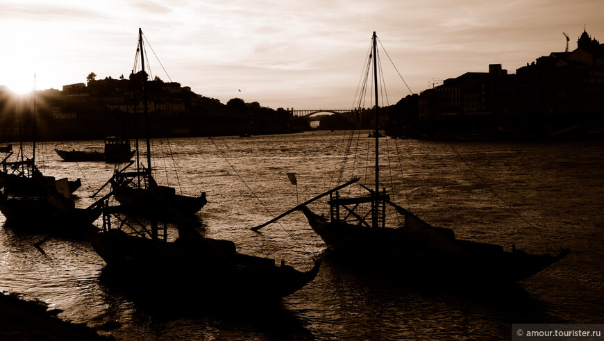 Сумерки сгущались и лодки на реке постепенно превращались в призраков.