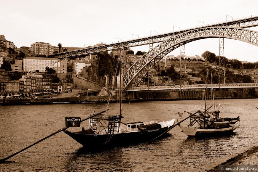 Barco rabelo на фоне моста.