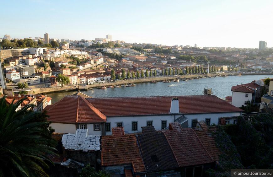 ... И вот мы почти у реки. За рекой бывший самостоятельный город, а теперь часть Порто - Вила-Нова-ди-Гая, где расположены склады портвейна.