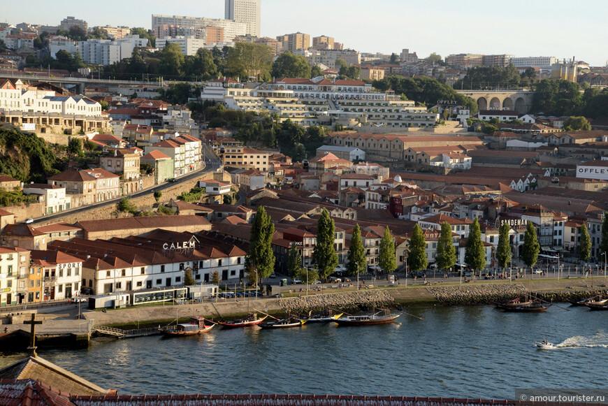 Вот они под вывеской GALEM. А на реке видны barco rabelo - лодки для перевозки портвейна, на них теперь катают туристов. Раньше дороги в Португалии были ужасные и по реке перевозить вино было удобней.