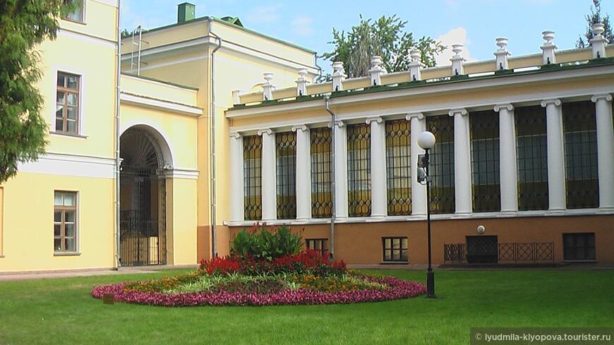 10 июля 1775 года Екатерина Великая пожаловала гомельское староство графу Петру Александровичу Румянцеву и выделила из казны деньги на строительство дворца графа в Гомеле. Работа над проектом дворца началась в 1777 году, строительство началось в 1785 году и завершилось в 1794 году.