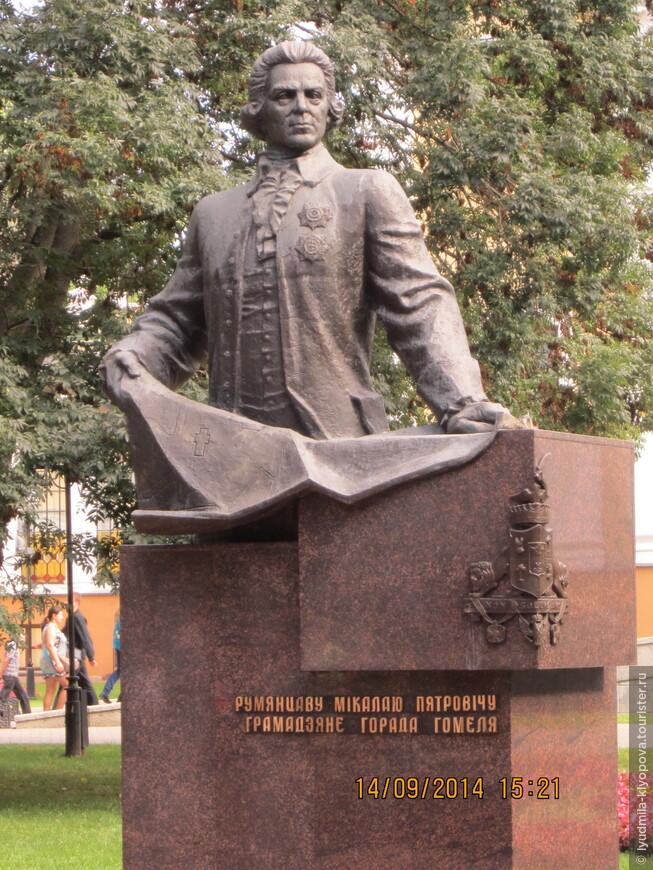 В 1996 году в парке напротив дворца был установлен памятник Николаю Румянцеву работы скульптора Н.А. Рыженкова На памятнике Румянцев запечатлён с планом перестройки города, на котором крестом отмечен будущий Петропавловский собор.