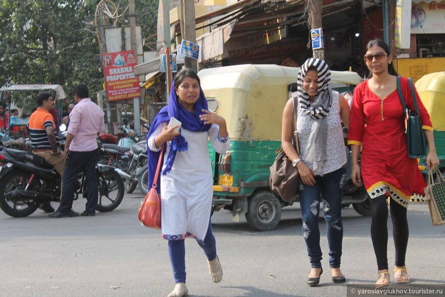 Индийские женщины в большинстве своём ходят в национальных одеждах — сари и пенджаби.