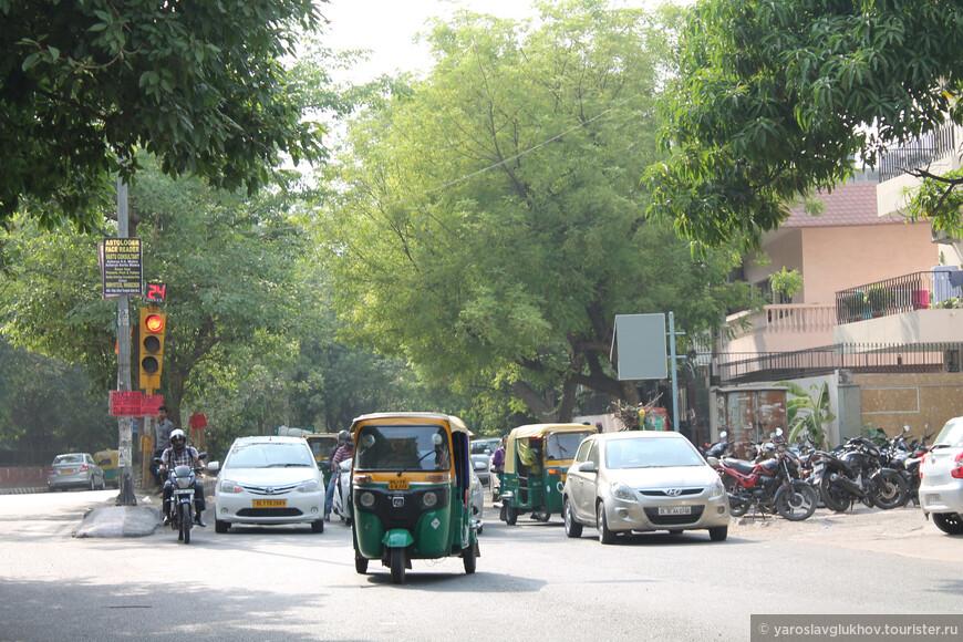 Дели — довольно зелёный город. Вдоль улиц много деревьев, имеется несколько парков, много скверов.