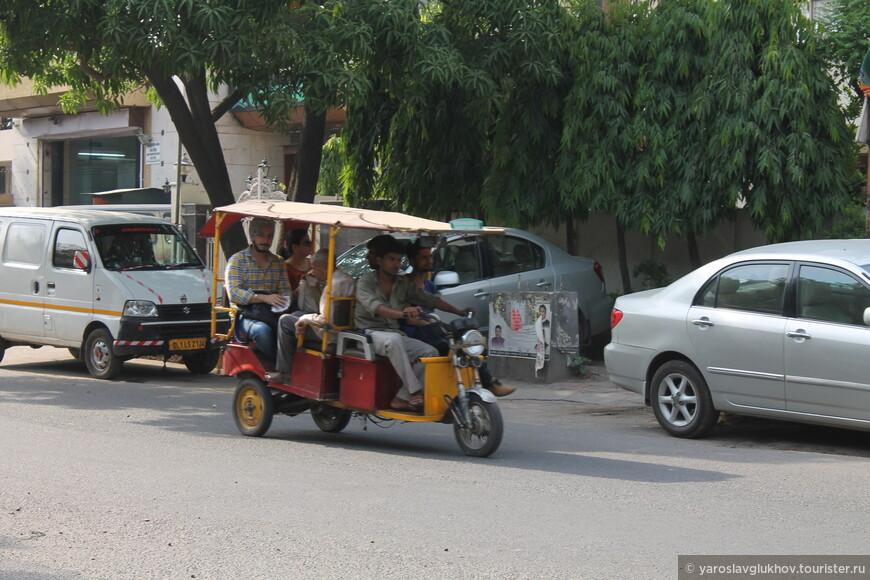 Движение в Индии левостороннее. На дорогах существует 2 запрета: нельзя выезжать на встречную полосу (к мотоциклам на практике это не относится) и нельзя ехать на красный сигнал светофора.
